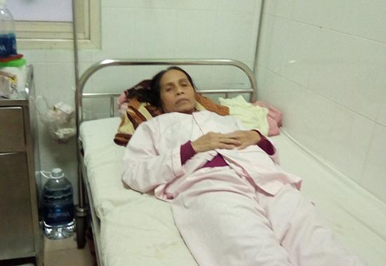 Bà Hà Thị Thắm đang nằm điều trị tại Bệnh viện Trung ương Huế. Ảnh: H.D