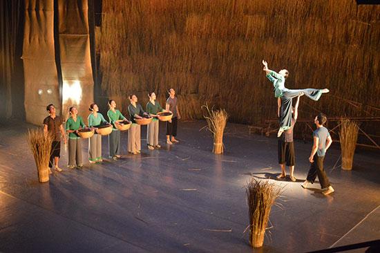 Vở diễn là một bức tranh sinh động về làng quê Nam Bộ Việt Nam thanh bình nhưng cũng đầy cảm xúc. Ảnh: V.L