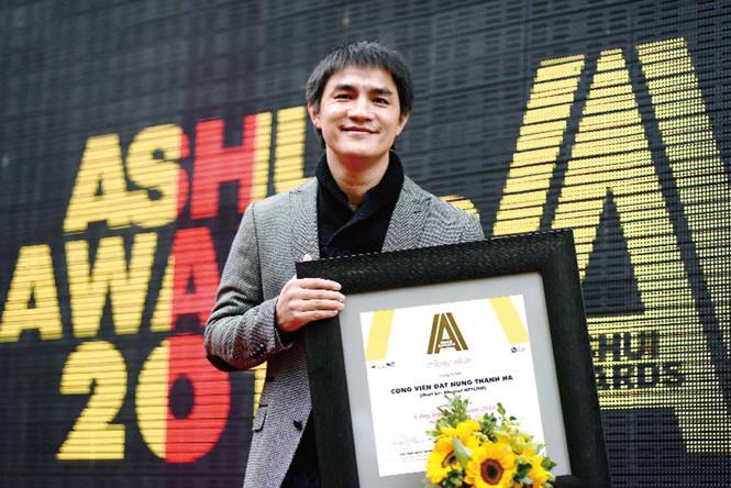 Nguyen Van Nguyen and his Ashui Award.
