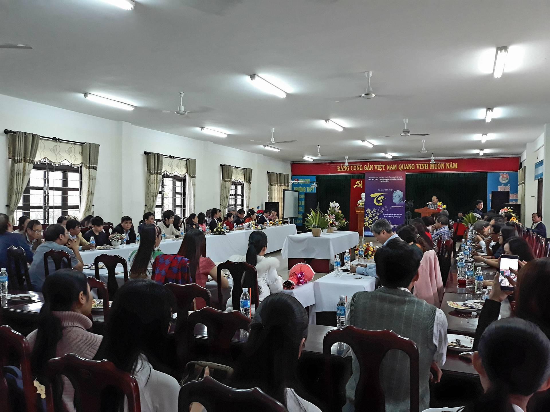 Đông đảo người yêu thơ tham dự buổi ra mắt tập thơ