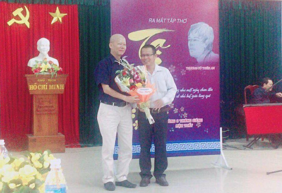 Đại diện Hội VH-NT Quảng Nam tặng hoa nhà thơ Trương Vũ Thiên An (trái).Ảnh: D.H