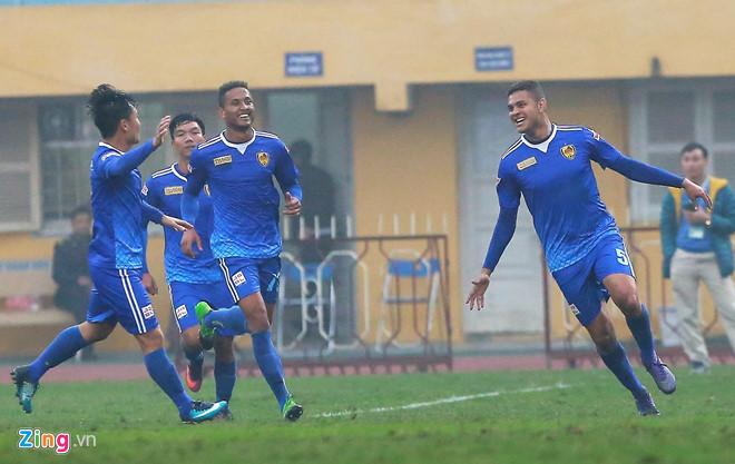 Cầu thủ Quảng Nam ăn mừng với bàn thắng của Thiago.