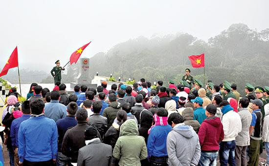"""Đông đảo cán bộ chiến sĩ, đoàn viên thanh niên chuẩn bị tham gia nghi thức """"Chào cột mốc biên cương"""" tại Nam Giang. Ảnh: VINH ANH"""