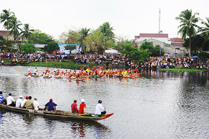 7 đội thuyền của 3 huyện và thị xã trong tỉnh về tranh tài đầu xuân. Ảnh: HẢI - HỒ