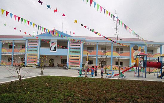 Trường Mẫu giáo Đông Phú được xây dựng khang trang với tổng kinh phí 30 tỷ đồng từ nguồn xã hội hóa. Ảnh: VĂN SỰ