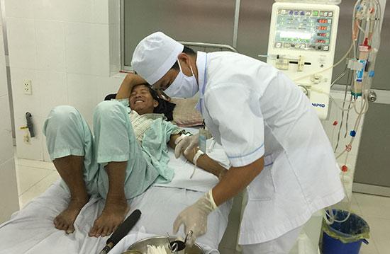 Kỹ thuật viên tiến hành thủ thuật chạy thận nhân tạo cho một bệnh nhân. Ảnh: THU SƠN