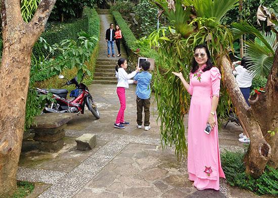 Khách tham quan chụp ảnh tại làng cổ Lộc Yên, Tiên Cảnh trong dịp Tết Mậu Tuất. Ảnh: N.C.T
