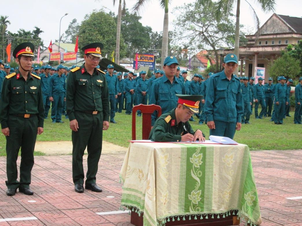 Các đơn vị tiến hành ký kết giao ước thi đua. Ảnh: HOÀI NHI