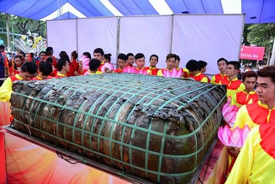 """Chiếc bánh chưng """"khủng"""" nặng 2,5 tấn ở Sài Gòn được gần trăm người gói, nấu để làm lễ vật dâng lên Quốc Tổ Hùng Vương. Ảnh: Internet"""