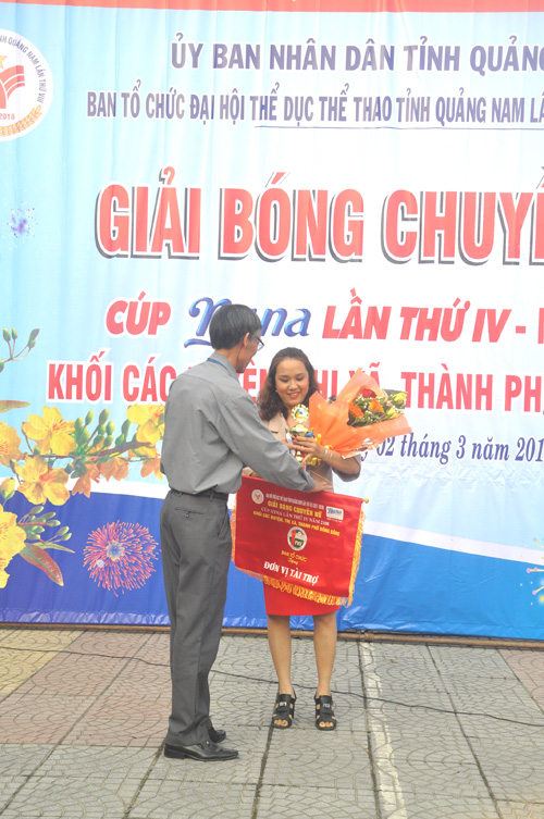Giám đốc Trung tâm TD-TT tỉnh Bùi Rê, Phó Ban tổ chức giải tặng cúp lưu niệm cho nhà tài trợ Nyna. Ảnh: T.Vy