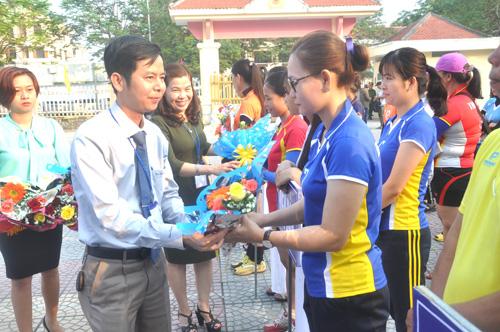 Phó Chủ tịch UBND thị xã Điện Bàn Nguyễn Xuân Hà, Phó Ban tổ chức giải tặng hoa động viên các đội bóng. Ảnh: T.Vy