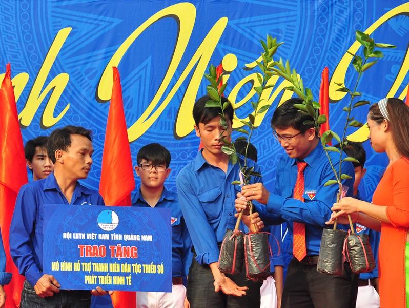 Phó Bí thư Thường trực Tỉnh ủy Phan Việt Cường trao cờ ra quân các hoạt động Tháng thanh niên 2018 tuổi trẻ Quảng Nam. Ảnh: VINH ANH