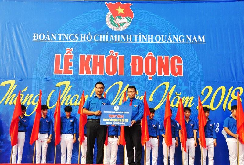 Đoàn thanh niên Tập đoàn Công nghiệp cao su Việt Nam trao kinh phí xây dựng hệ thống nước sạch tại Làng thanh niên lập nghiệp Thạnh Mỹ. Ảnh: VINH ANH