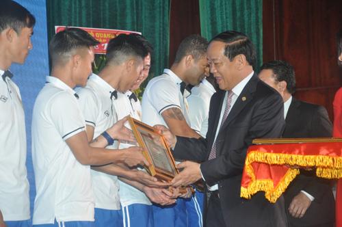 Chủ tịch UBND tỉnh Đinh Văn Thu tặng bằng khen của UBND tỉnh cho các cầu thủ. Ảnh: T.Vy