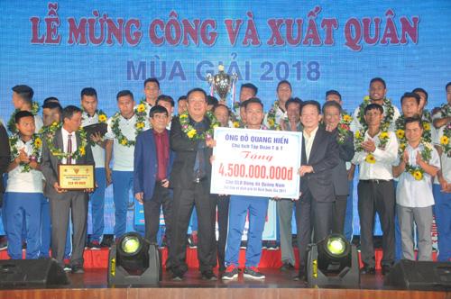 Ông Đỗ Quang Hiển thưởng cho đội Quảng Nam 4,5 tỷ đồng cho chức vô địch V-League, 3,5 tỷ đồng Siêu cúp quốc gia. Ảnh: T.Vy