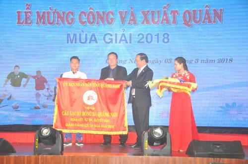 Chủ tịch UBND tỉnh Đinh Văn Thu tặng cờ của UBND tỉnh cho đội bóng xuất quân mùa giải mới. Ảnh: T.Vy