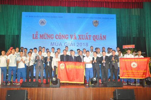 Các đồng chí lãnh đạo cùng chụp ảnh lưu niệm với đội Quảng Nam. Ảnh: T.Vy