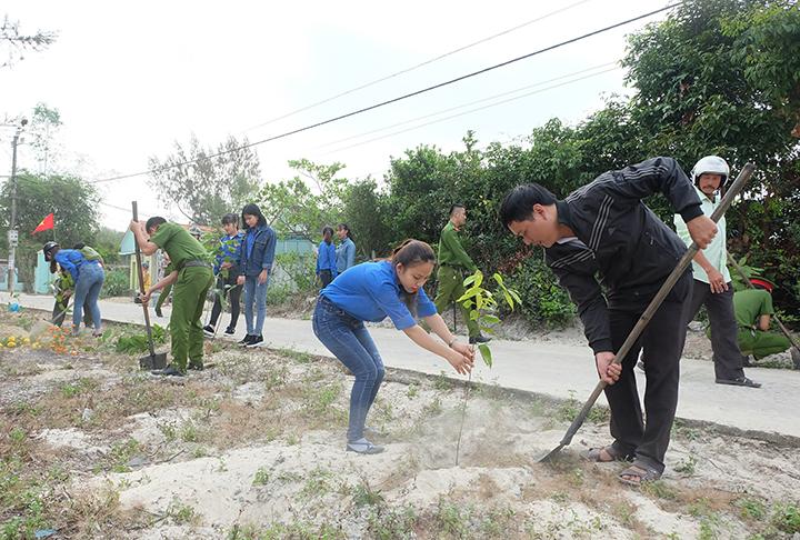 ĐVTN trồng cây xanh tại Khu dân cư kiểu mẫu thôn Vân Tây, Bình Triều. Ảnh: M.L