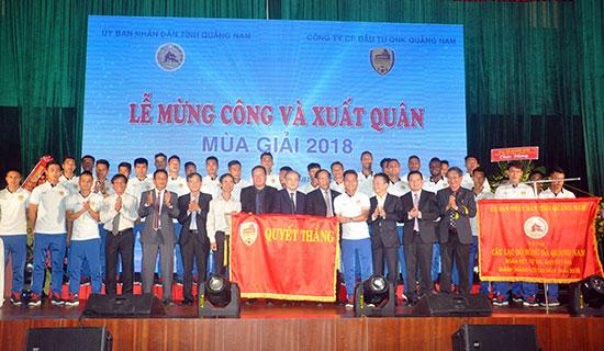 Lãnh đạo Tổng cục TD-TT, Liên đoàn Bóng đá Việt Nam và tỉnh chụp hình lưu niệm với CLB Quảng Nam. Ảnh: T.VY