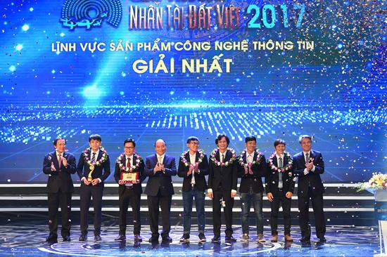 Thủ tướng Chính phủ Nguyễn Xuân Phúc trao giải Nhất - Giải Nhân tài Đất Việt 2017 cho nhóm tác giả DTU. Ảnh: N.T.B