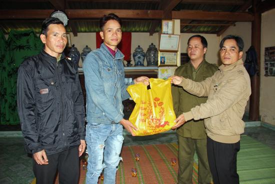 Đại diện chính quyền địa phương xã Sông Kôn (huyện Đông Giang) thăm động viên và trao quà tết cho gia đình thanh niên trúng tuyển nghĩa vụ quân sự. Ảnh: NGƯỚC ANH