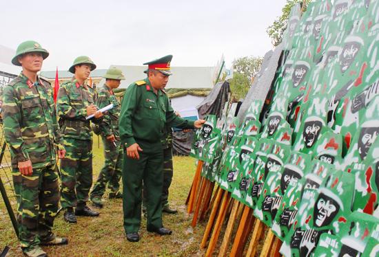 Trung đoàn 885 chuẩn bị mô hình học cụ, vật chất huấn luyện cho huấn luyện chiến sĩ mới năm 2018.  Ảnh: NGƯỚC ANH