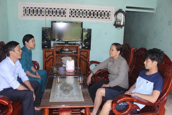 Các thành viên Hội đồng nghĩa vụ quân sự xã Tiên Thọ đến gặp anh Trần Thanh Huân (bên phải) và gia đình trước ngày nhập ngũ. Ảnh: D.L