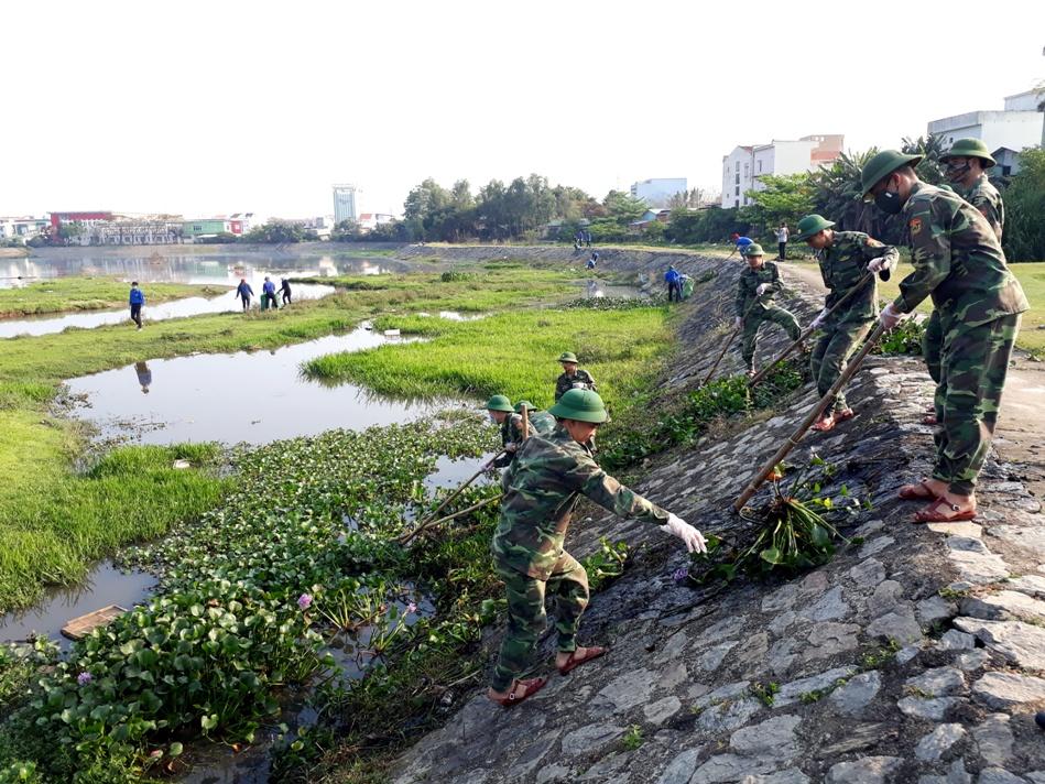 Các lực lượng ra quân vớt bèo, làm sạch hồ điều hòa An Sơn.