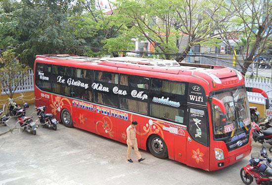 Ô tô khách tông vào 2 người bán hàng rong bị tạm giữ tại trụ sở Công an huyện Đại Lộc. Ảnh: CÔNG TÚ