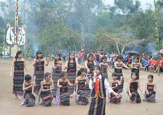 Một tiết mục múa trong lễ hội mừng lúa mới của học sinh Trường PTDTNT THCS Tây Giang. Ảnh: T.T