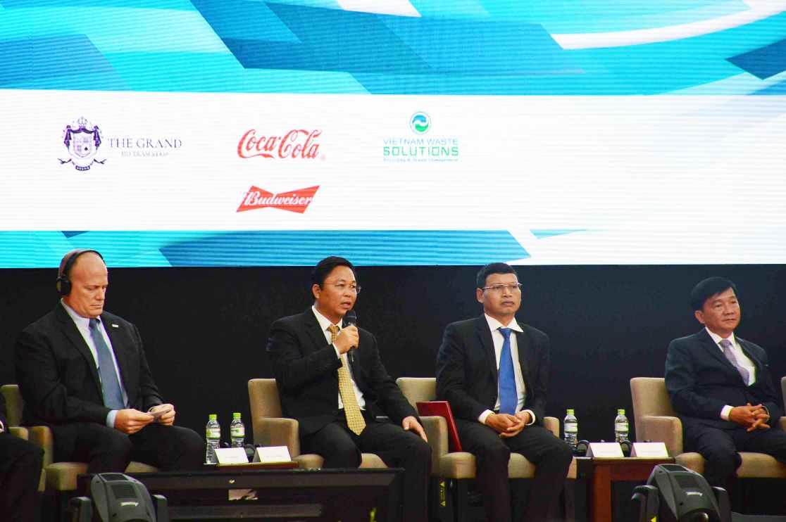 Ông Lê Trí Thanh (thứ 2 từ trái sang) - Phó Chủ tịch UBND tỉnh Quảng Nam diễn thuyết chào mời các nhà đầu tư Hoa Kỳ tại buổi tọa đàm. Ảnh: Q.T