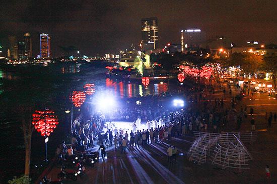 Đêm nhạc của ban nhạc hạm đội tàu sân bay USS Carl Vison thu hút sự tham gia của đông đảo người dân Đà Nẵng.