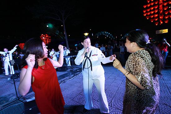 Người dân Đà Nẵng vui vẻ lên sân khấu giao lưu cùng ban nhạc.