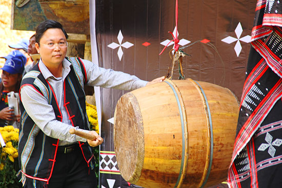 Vice Chairman of the Quang Nam People's Committee Le Tri Thanh drums to open the event