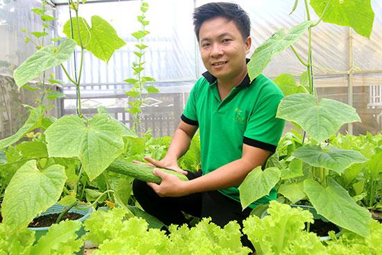 Trương Văn Vương trong khu vườn trồng rau sạch bằng phương pháp hữu cơ tại nhà. Ảnh: THÀNH CÔNG