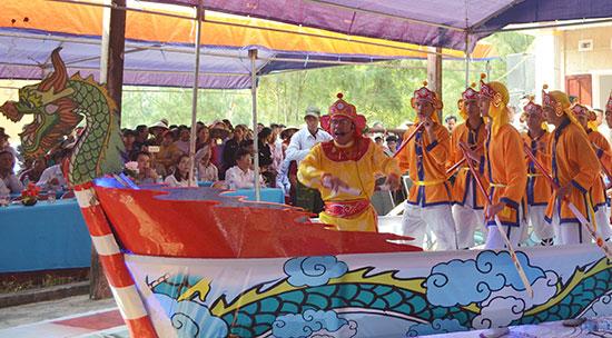Đội hát múa bả trạo xã Bình Minh biểu diễn tại lễ hội cầu ngư.Ảnh: V.QUANG