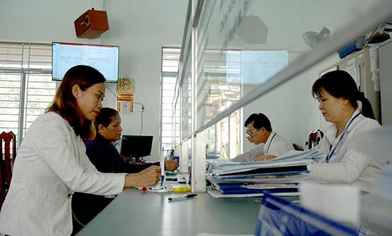 Việc đẩy mạnh cải cách hành chính ở thị trấn Nam Phước giúp cho người dân được giải quyết, xử lý hồ sơ nhanh chóng. Ảnh: PHAN VINH