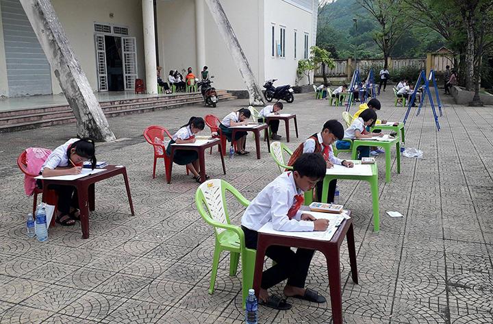 35 em học sinh tham gia hội thi mỹ thuật thiếu nhi năm 2018. Ảnh: M.L