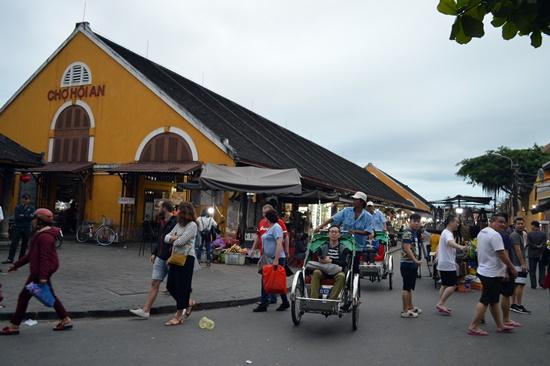 Khu chợ đêm nằm trên đường Trần Quý Cáp, bên hông chợ Hội An