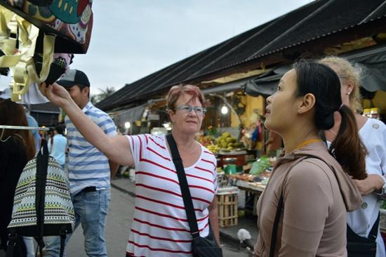 Các gian hàng trong chợ đêm chủ yếu bán hàng lưu niệm và đồ ăn vặt