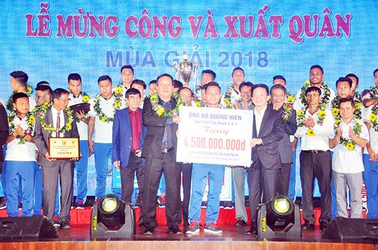 Bầu Hiển thưởng tổng cộng 8 tỷ đồng cho đội Quảng Nam.
