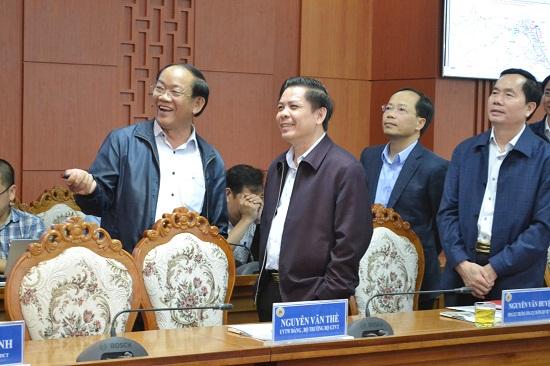 Bộ trưởng Nguyễn Văn Thể trao đổi với Chủ tịch Đinh Văn Thu bên lề buổi làm việc. Ảnh: CT