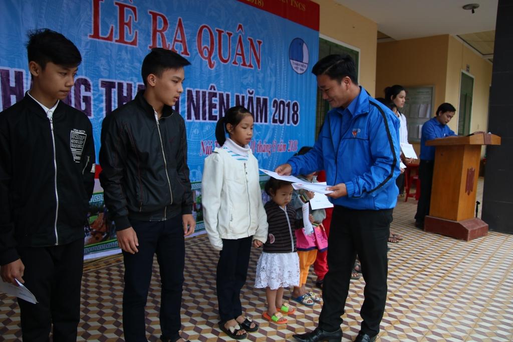 Trao tặng học bổng cho học sinh nghèo. Ảnh: L.V