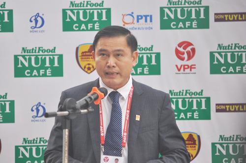 Ông Trần Anh Tú-Chủ tịch HĐQT VPF phát biểu khai mạc giải tại sân Tam Kỳ. Ảnh: T.Vy