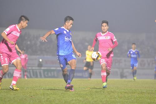 Hà Minh Tuấn (giữa) trở thành cầu thủ đầu tiên ghi bàn tại V-League 2018. Ảnh: T.Vy