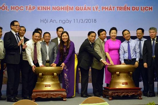UBND tỉnh Thanh Hóa tặng trống đồng làm quà lưu niệm cho tỉnh Quảng Nam
