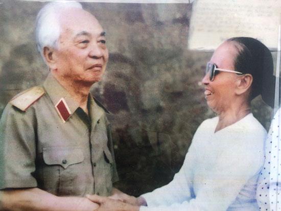 Bà Nguyễn Thị Hồng trong lần gặp Đại tướng Võ Nguyên Giáp (1996). (Ảnh: Gia đình cung cấp)