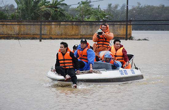 Phóng viên chuyên mục truyền hình An ninh Quảng Nam tác nghiệp trong mưa lũ năm 2017. Ảnh: X.M