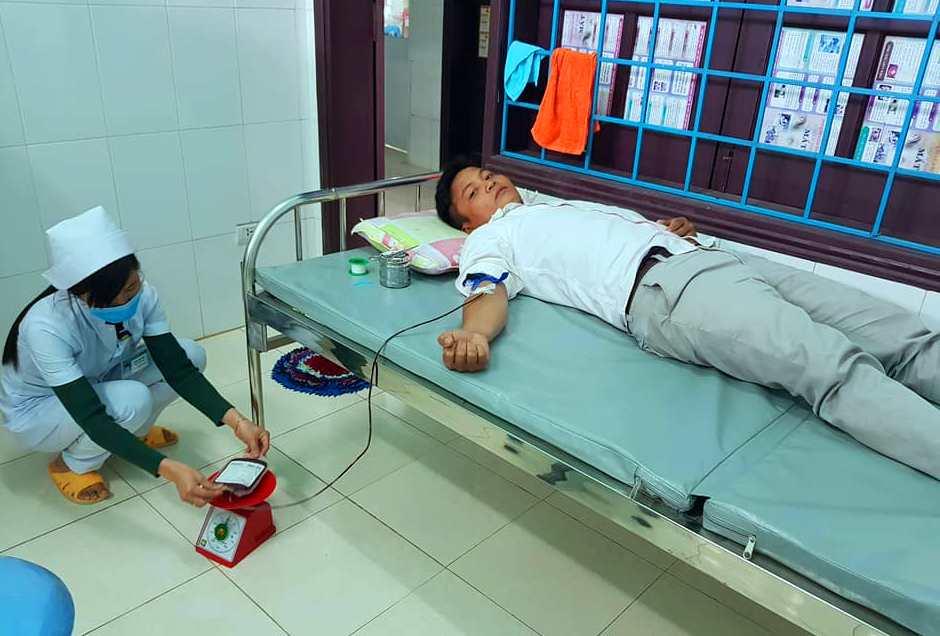 Cán bộ huyện Tây Giang tình nguyện hiến máu cứu người trong tình trạng khẩn cấp. Ảnh: N.H.T