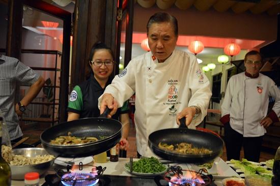 Các đầu bếp trình diễn kỹ thuật nấu ăn tại đêm giao lưu